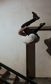 Jovem desportista praticando parkour.