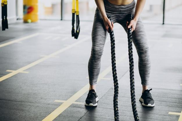 Jovem desportiva a exercitar-se no ginásio