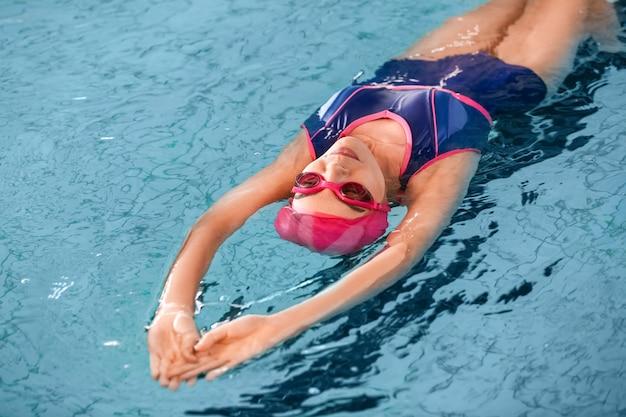 Jovem desportiva a nadar na piscina