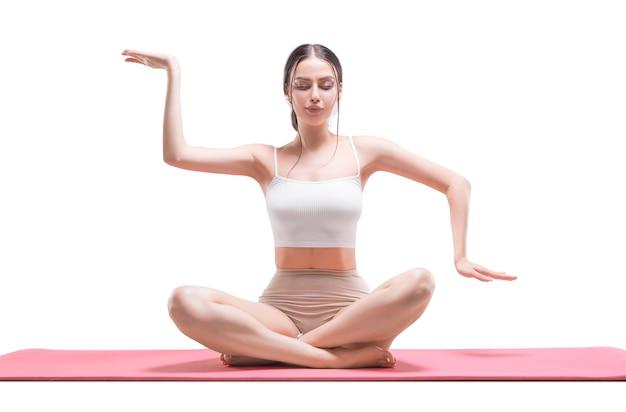 Jovem desportiva fazendo prática de ioga. meditação tântrica. isolado em um fundo branco. mídia mista