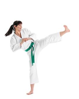 Jovem desportiva praticando artes marciais em fundo branco