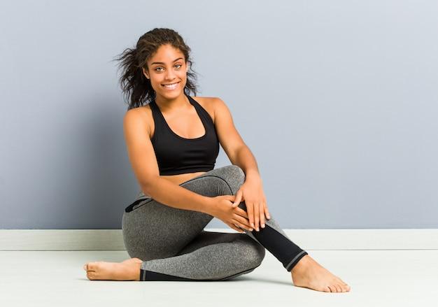 Jovem, desportivo americano africano, mulher, sentando, prática, ioga