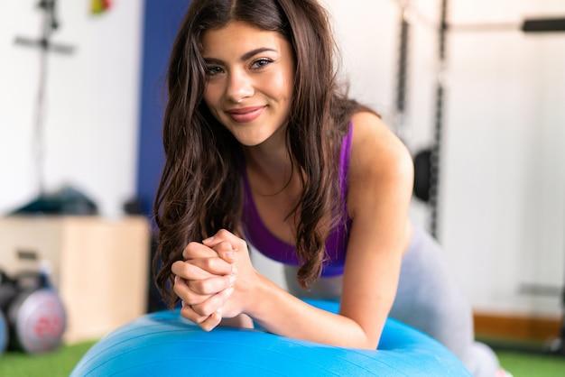 Jovem, desporto, mulher, em, um, ginásio, com, ajuste, bola