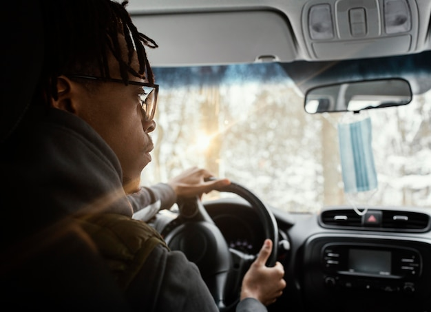 Jovem dirigindo o carro