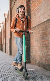 Jovem dirigindo scooter elétrico.
