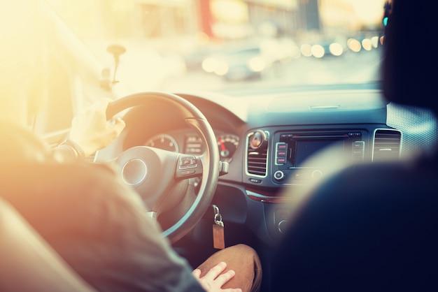 Jovem dirigindo seu carro