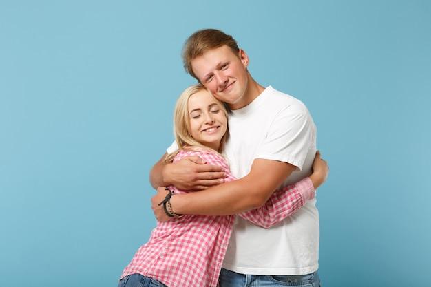 Jovem divertido casal dois amigos cara garota em branco rosa vazio design em branco camisetas posando