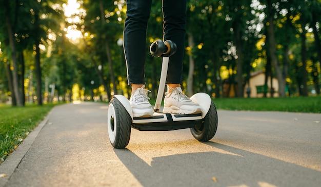 Jovem do sexo masculino andando no giroscópio no parque de verão