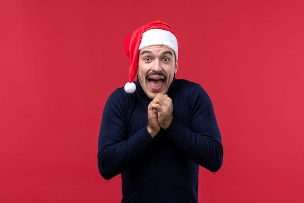 Jovem do sexo masculino com expressão animada em fundo vermelho