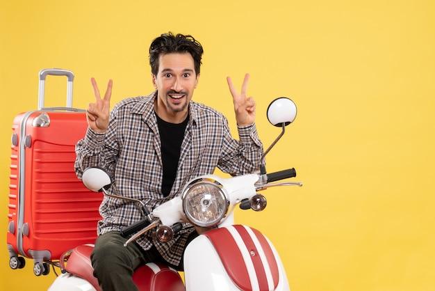 Jovem do sexo masculino de frente para a bicicleta com sua bolsa posando em amarelo