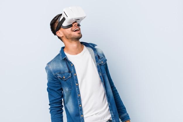 Jovem do sul da ásia, brincando com óculos de realidade virtual