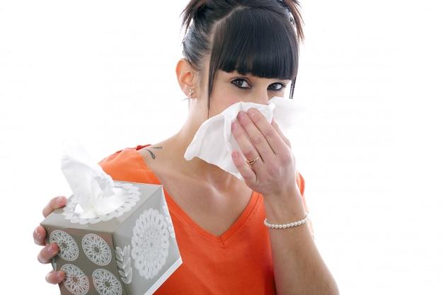 Jovem doente assoar o nariz em branco