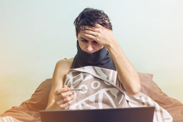 Jovem doente com um resfriado deitado na cama