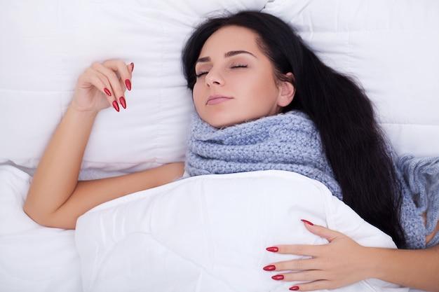 Jovem doente tossindo na cama