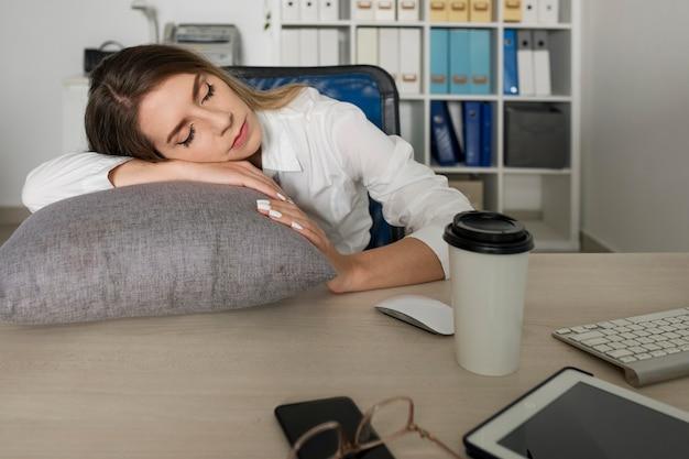 Jovem dormindo no trabalho
