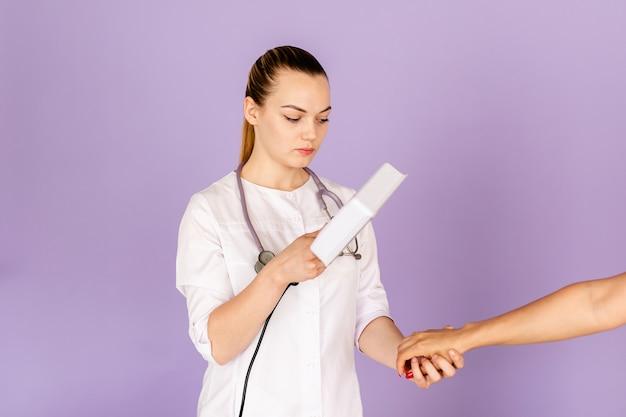 Jovem, doutor feminino, em, branca, uniforme, com, phonendoscope, ligado, dela, pescoço, segurando, wood's, luz