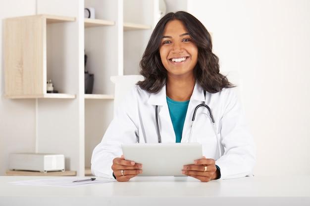 Jovem, doutor, trabalhando, em, escritório