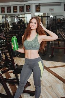 Jovem e atlética garota está envolvida em esportes no ginásio