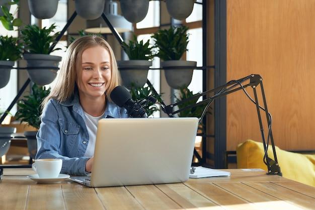 Jovem e bela blogueira conduzindo transmissão ao vivo