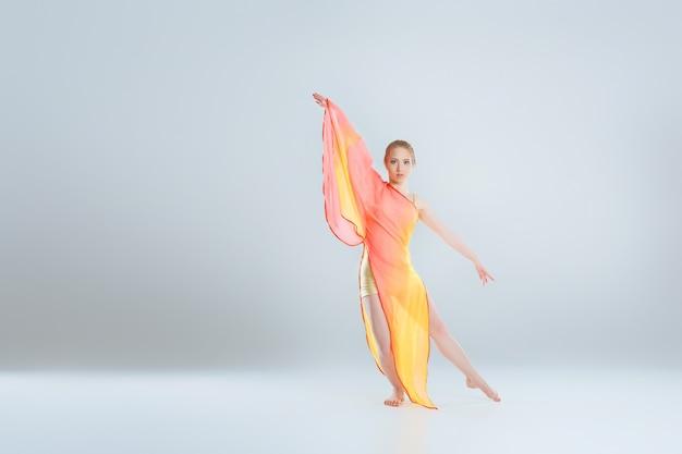 Jovem e bela dançarina de balé