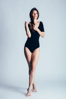 Jovem e bela dançarina posando no estúdio