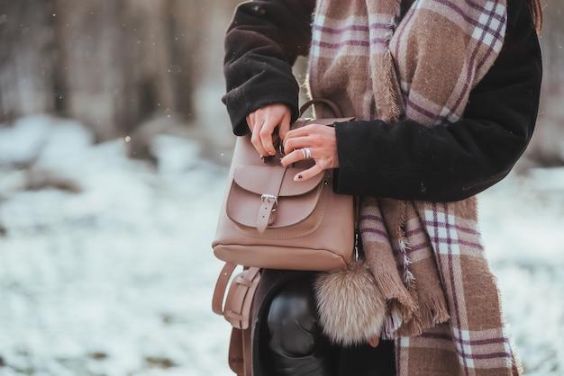 Jovem e bela modelo posando na floresta de inverno