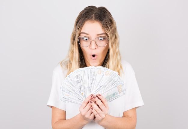 Jovem e bela mulher caucasiana chocada por ganhar na loteria