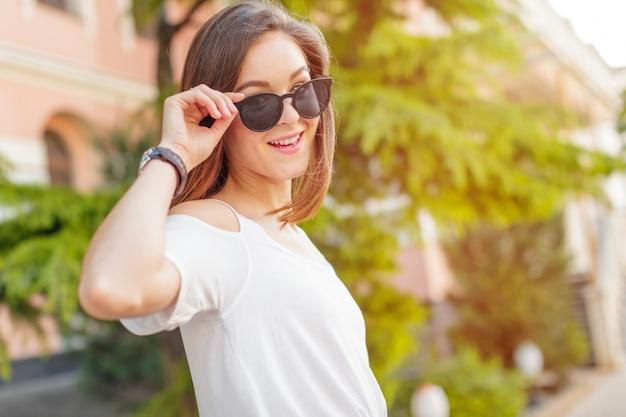 Jovem e bela mulher caucasiana posando ao ar livre na cidade