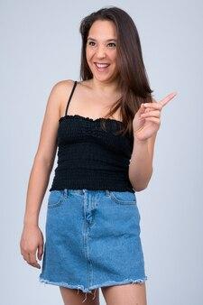 Jovem e bela mulher multiétnica vestindo uma camisa sem mangas em branco