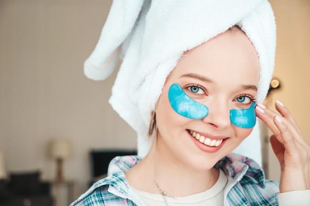 Jovem e bela mulher sorridente com manchas sob os olhos