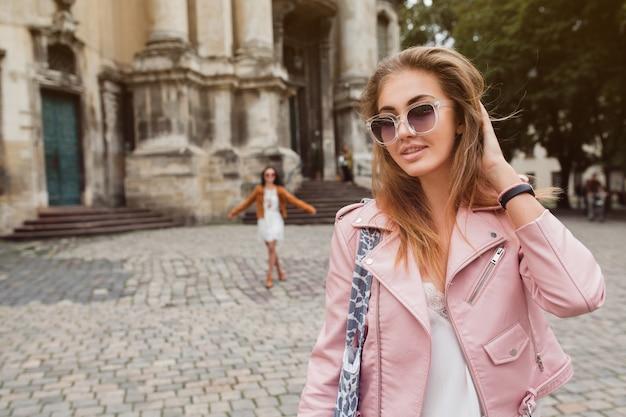 Jovem e bela mulher viajando pela europa