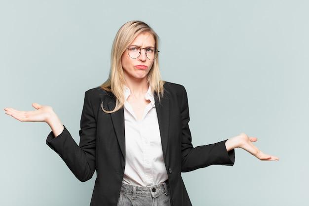 Jovem e bonita empresária parecendo intrigada, confusa e estressada, pensando entre as diferentes opções, sentindo-se insegura
