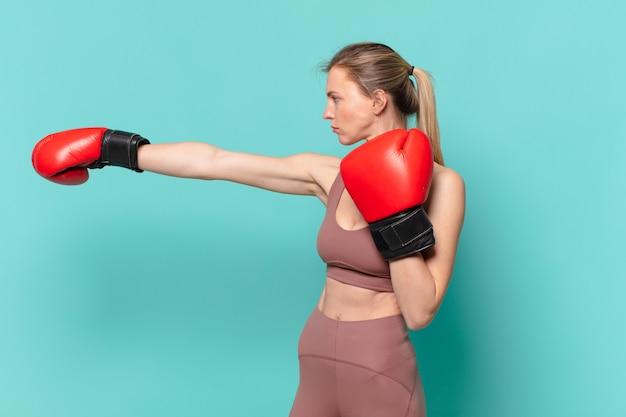 Jovem e bonita expressão de raiva da mulher do esporte e boxe