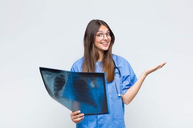 Jovem e bonita médica com tomografia óssea