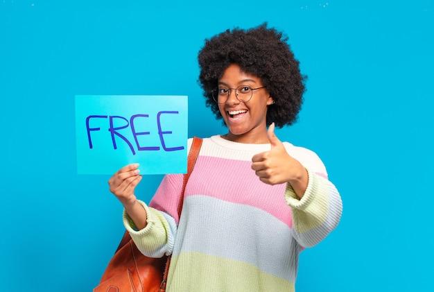 Jovem e bonita mulher afro segurando um banner de conceito grátis