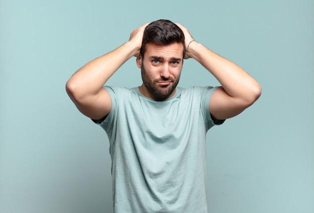Jovem e bonito homem adulto sentindo-se frustrado e irritado, farto do fracasso, farto de tarefas enfadonhas e enfadonhas