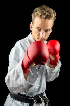Jovem e bonito lutador do k1 pronto para a ação.