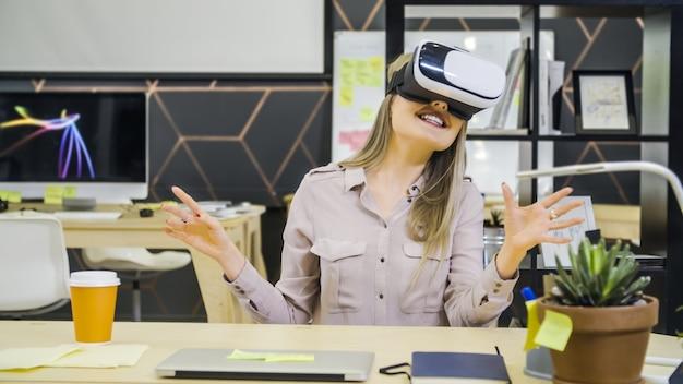 Jovem e criativa usando óculos vr no local de trabalho