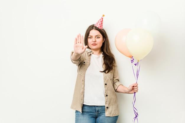 Jovem e curvilínea celebrando um aniversário