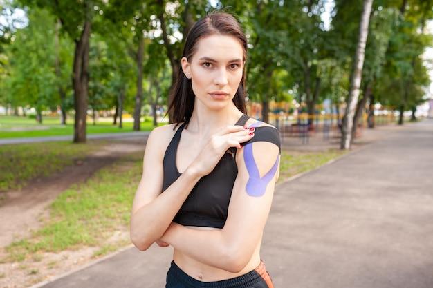 Jovem e deslumbrante mulher musculosa usando roupa esportiva preta