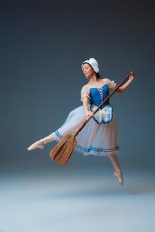 Jovem e graciosa dançarina de balé como personagem do rabo de fada da cinderela