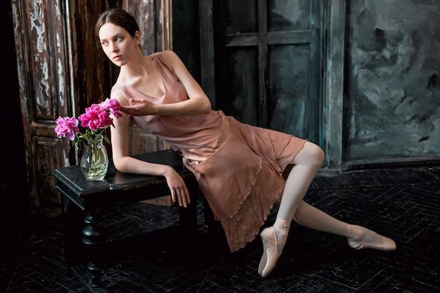 Jovem e incrivelmente linda bailarina está posando