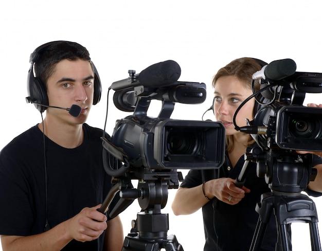 Jovem e jovem mulher com câmeras de vídeo