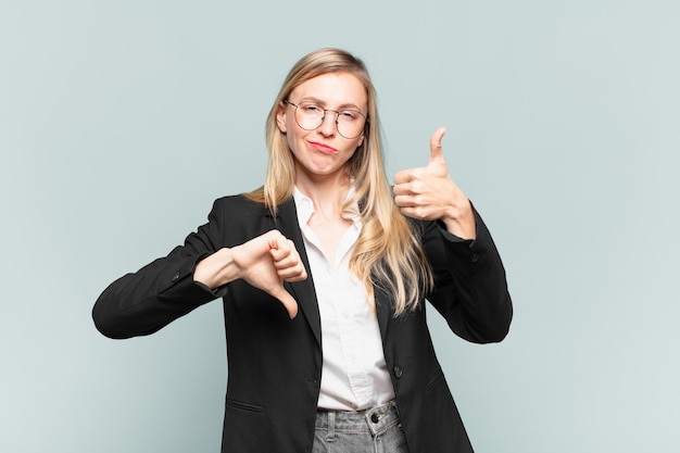 Jovem e linda empresária se sentindo confusa, sem noção e insegura, avaliando o que há de bom e de ruim em diferentes opções ou escolhas