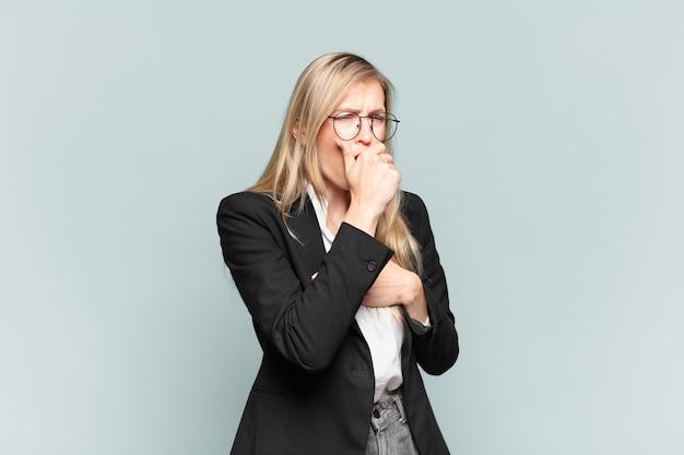 Jovem e linda empresária se sentindo mal, com dor de garganta e sintomas de gripe, tosse com a boca coberta