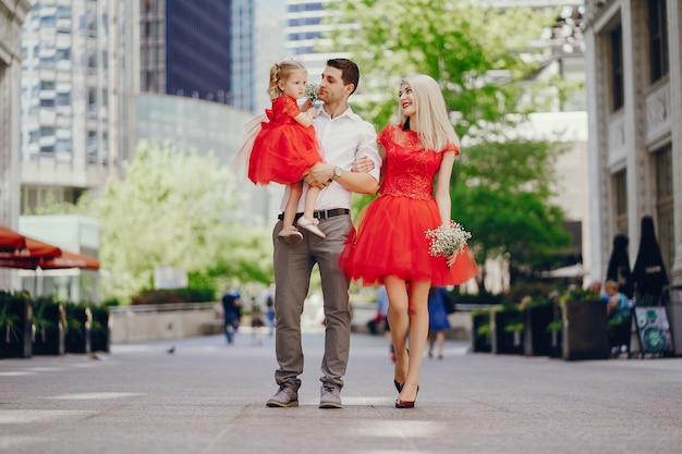 Jovem e linda família andando pela cidade com sua filha