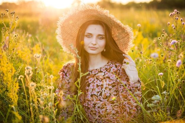 Jovem e linda garota europeia no sol poente