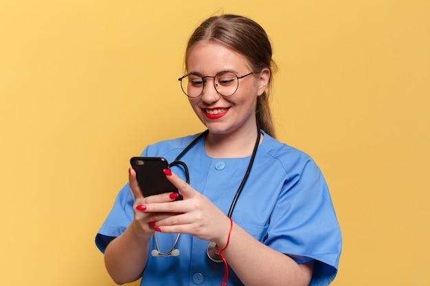 Jovem e linda médica usando smartphone