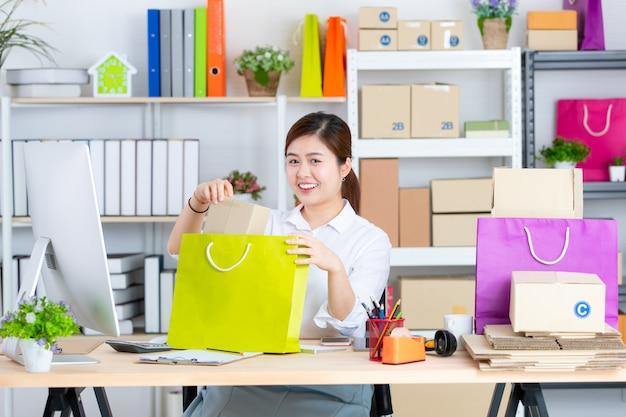 Jovem e linda mulher asiática com cara sorridente no escritório