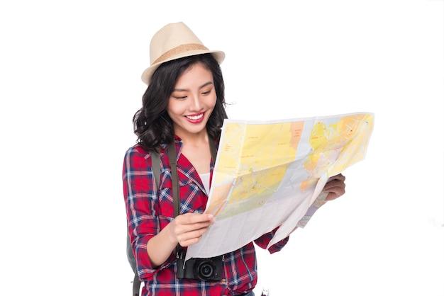 Jovem e linda mulher asiática com mapa em fundo branco